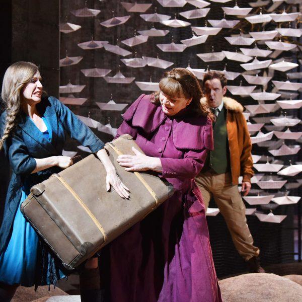 Staatstheater Cottbus DER FLIEGENDE HOLLÄNDER Romantische Oper von Richard Wagner Szenenfoto mit: (vorn v.l.n.r.) Tanja Christine Kuhn (Senta) und Carola Fischer (Mary); (dahinter) Jens Klaus Wilde (Erik) sowie Damen des Chores Foto: Marlies Kross