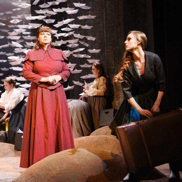 Staatstheater Cottbus DER FLIEGENDE HOLLÄNDER Romantische Oper von Richard Wagner Szenenfoto mit: (vorn v.l.n.r.) Carola Fischer (Mary) und Tanja Christine Kuhn (Senta) sowie Damen des Chores Foto: Marlies Kross