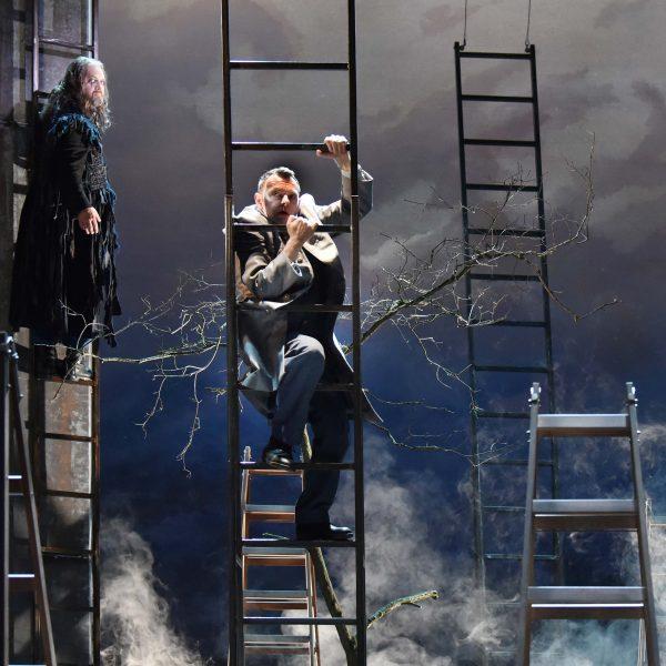 Staatstheater Cottbus DER FLIEGENDE HOLLÄNDER Romantische Oper von Richard Wagner Szenenfoto mit (v.l.n.r.): Andreas Jäpel (Holländer) und Hardy Brachmann (Steuermann) Foto: Marlies Kross
