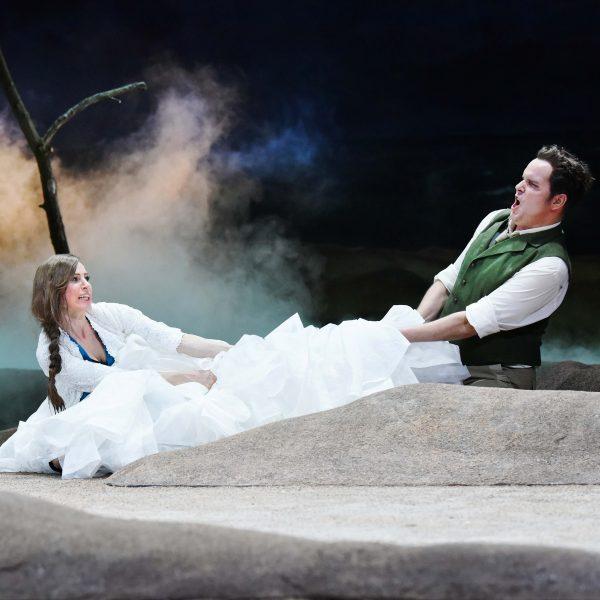 Staatstheater Cottbus DER FLIEGENDE HOLLÄNDER Romantische Oper von Richard Wagner Szenenfoto mit Tanja Christine Kuhn (Senta) und Jens Klaus Wilde (Erik) Foto: Marlies Kross