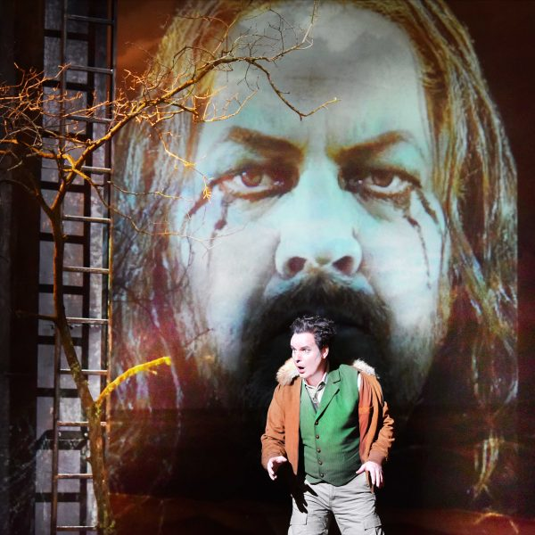 Staatstheater Cottbus DER FLIEGENDE HOLLÄNDER Romantische Oper von Richard Wagner Szenenfoto mit Jens Klaus Wilde (Erik); (Projektion) Andreas Jäpel (Holländer) Foto: Marlies Kross
