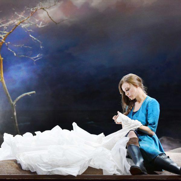 Staatstheater Cottbus DER FLIEGENDE HOLLÄNDER Romantische Oper von Richard Wagner Szenenfoto mit Tanja Christine Kuhn (Senta) Foto: Marlies Kross