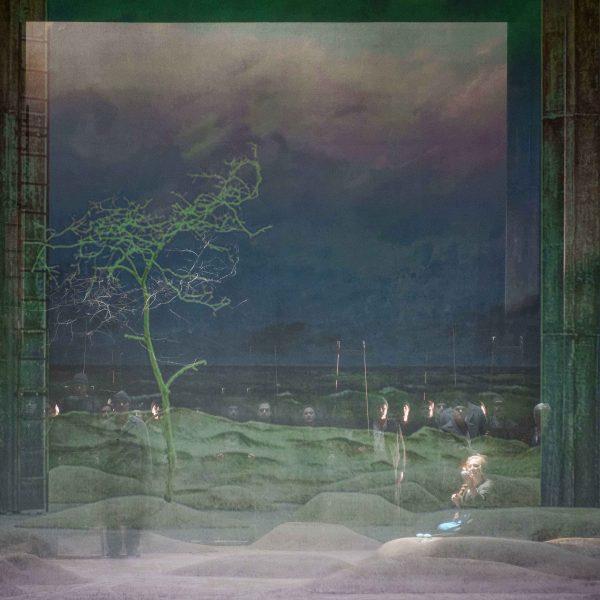 Staatstheater Cottbus DER FLIEGENDE HOLLÄNDER Romantische Oper von Richard Wagner Szenenfoto mit (rechts im Vordergrund): Gesine Forberger (Senta) Foto: Marlies Kross