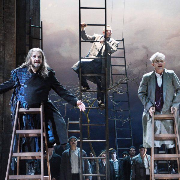 Staatstheater Cottbus DER FLIEGENDE HOLLÄNDER Romantische Oper von Richard Wagner Szenenfoto mit: (v.l.n.r.) Andreas Jäpel (Holländer), Hardy Brachmann (Steuermann), Ulrich Schneider (Daland) sowie Herren des Chores Foto: Marlies Kross