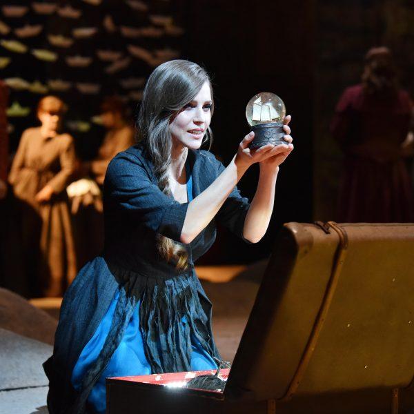 Staatstheater Cottbus DER FLIEGENDE HOLLÄNDER Romantische Oper von Richard Wagner Szenenfoto mit (im Vordergrund): Tanja Christine Kuhn (Senta) Foto: Marlies Kross