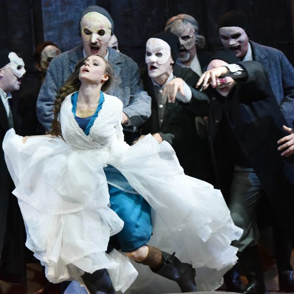 Staatstheater Cottbus DER FLIEGENDE HOLLÄNDER Romantische Oper von Richard Wagner Szenenfoto mit Tanja Christine Kuhn (Senta) und Herren des Chores Foto: Marlies Kross