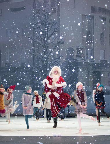 Staatstheater Cottbus WINTERZAUBER ZUM FEST Musikalische und szenische Weihnachtsüberraschungen für die ganze Familie  Szenenfoto mit Ingo Witzke (Weihnachtsmann) und Kindern der Ballettschule Werhun   © Marlies Kross