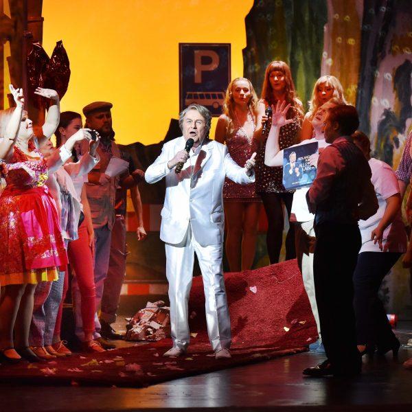 Staatstheater Cottbus IM WEISSEN RÖSSL Operette von Ralph Benatzky Szenenfoto mit (Bildmitte): Max Ruda (Der Kaiser) Foto: Marlies Kross