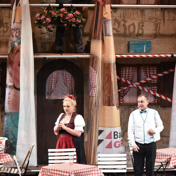 Staatstheater Cottbus IM WEISSEN RÖSSL Operette von Ralph Benatzky Szenenfoto mit Gesine Forberger (Josepha Vogelhuber) und Heiko Walter (Leopold) Foto: Marlies Kross