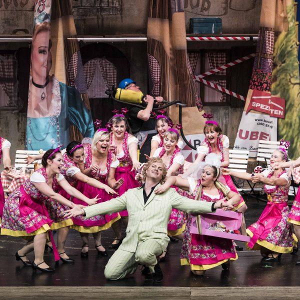 Staatstheater Cottbus IM WEISSEN RÖSSL Operette von Ralph Benatzky Szenenfoto mit (Bildmitte): Thorsten Coers (Sigismund) und Damen des Opernchores Foto: Marlies Kross