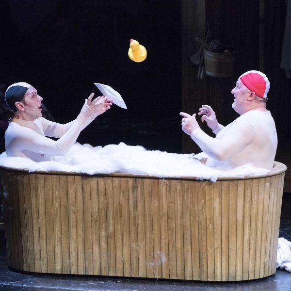 Staatstheater Cottbus IM WEISSEN RÖSSL Operette von Ralph Benatzky Szenenfoto mit (v.l.n.r.): Hardy Brachmann (Dr. Siedler) und Heiko Stang (Giesecke) Foto: Marlies Kross