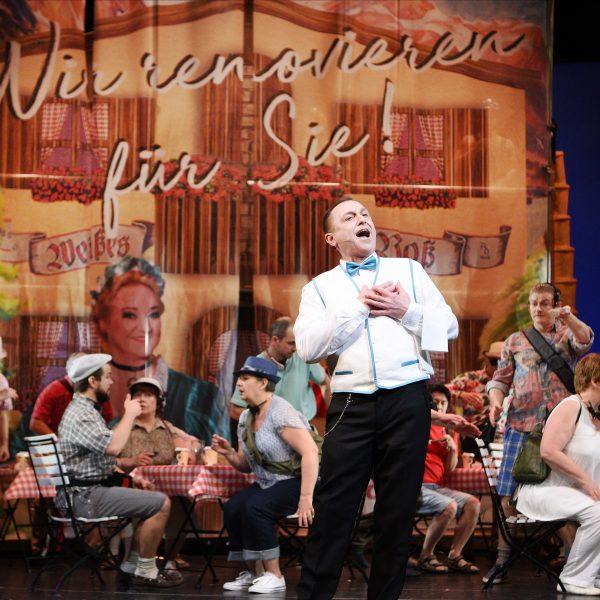 Staatstheater Cottbus IM WEISSEN RÖSSL Operette von Ralph Benatzky Szenenfoto mit Heiko Walter (Leopold) sowie Damen und Herren des Opernchores Foto: Marlies Kross