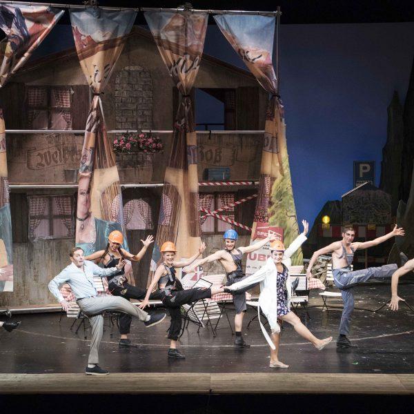 Staatstheater Cottbus IM WEISSEN RÖSSL Operette von Ralph Benatzky Szenenfoto mit: (vorn) Hardy Brachmann (Dr. Siedler) und Debra Stanley (Ottilie) sowie Tänzerinnen und Tänzern Foto: Marlies Kross