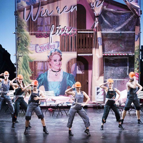 Staatstheater Cottbus IM WEISSEN RÖSSL Operette von Ralph Benatzky Szenenfoto mit Tänzerinnen und Tänzern Foto: Marlies Kross