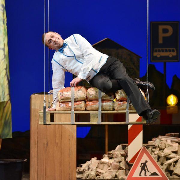 Staatstheater Cottbus IM WEISSEN RÖSSL Operette von Ralph Benatzky Szenenfoto mit Heiko Walter (Leopold) Foto: Marlies Kross