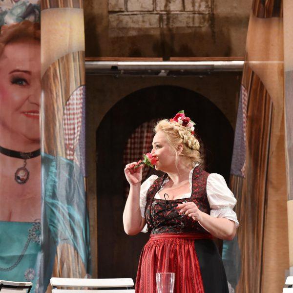 Staatstheater Cottbus IM WEISSEN RÖSSL Operette von Ralph Benatzky Szenenfoto mit Gesine Forberger (Josepha Vogelhuber) Foto: Marlies Kross
