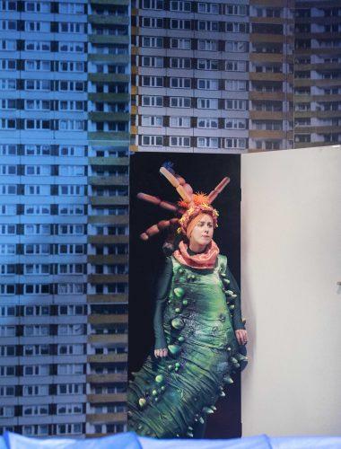 Staatstheater Cottbus DER GROSSE MARSCH Schauspiel von Wolfram Lotz Szenenfoto mit Sophie Bock (Seegurke)  Foto: Marlies Kross