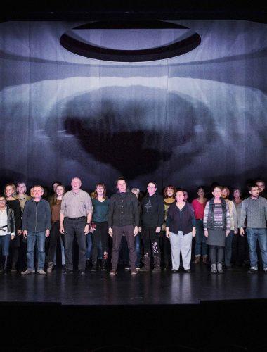 Staatstheater Cottbus 1984 von George Orwell Bearbeitung: Alan Lyddiard Szenenfoto mit Damen und Herren des Bürgersprechchores (Die Prolls) Foto: Marlies Kross