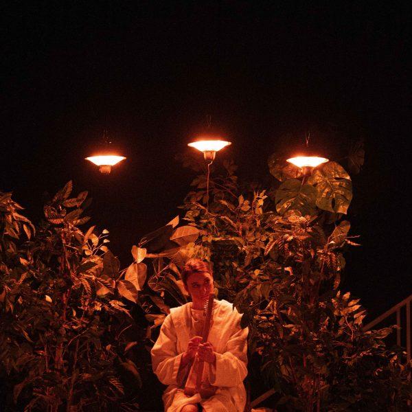 Staatstheater Cottbus KNOCHEN Eine sinnesnahe Geschichte der Menschheit von Jonas Corell Petersen Uraufführung Szenenfoto mit Lisa Schützenberger (Lisa) (Foto: Marlies Kross)