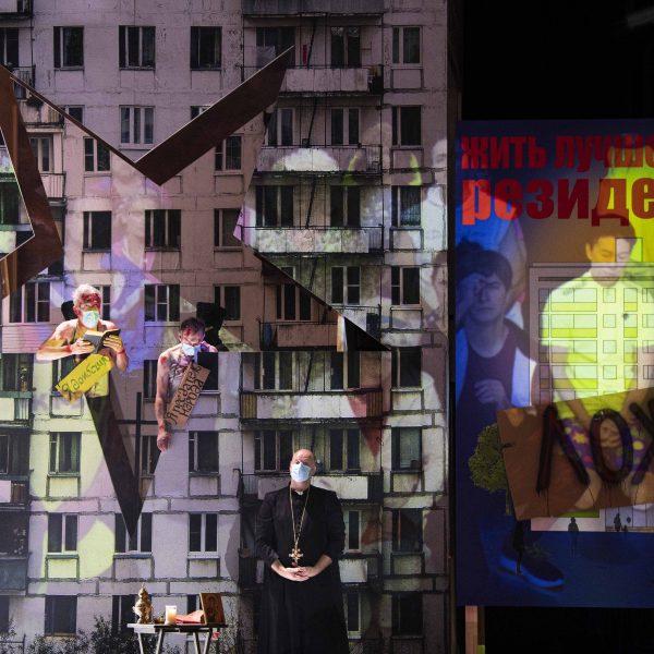 Staatstheater Cottbus MAZEPPA Oper in drei Akten von Pjotr I. Tschaikowski Szenenfoto mit (v.l.n.r.): Ulrich Schneider (Kotschubej), Hardy Brachmann (Iskra) und (unten) Thorsten Coers (Opernchor) (Foto: Marlies Kross)