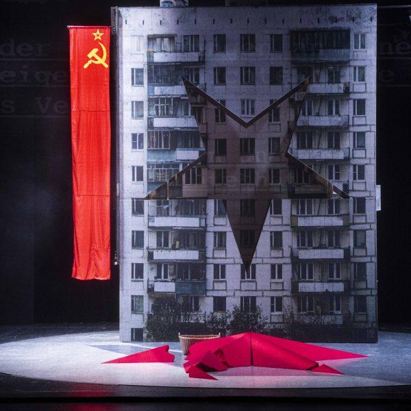 Staatstheater Cottbus MAZEPPA Oper in drei Akten von Pjotr I. Tschaikowski Szenenfoto mit Statistin (Foto: Marlies Kross)