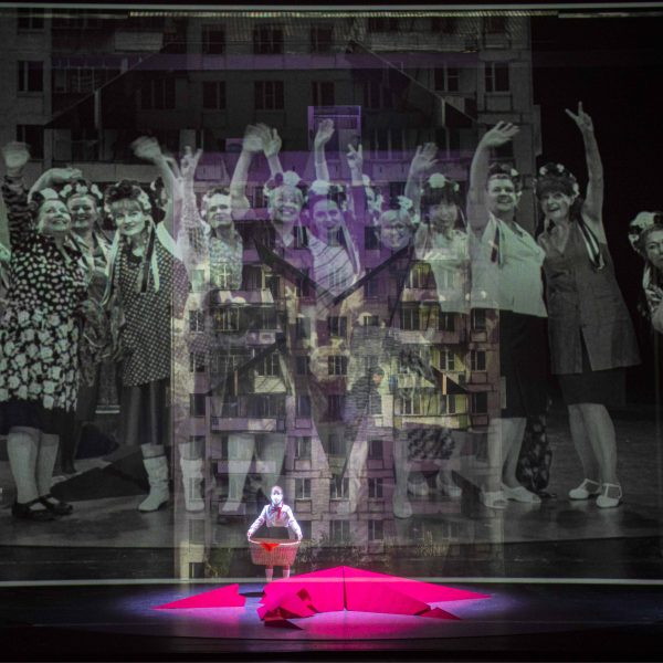 Staatstheater Cottbus MAZEPPA Oper in drei Akten von Pjotr I. Tschaikowski Szenenfoto mit Damen des Opernchores (im Video) und Statistin (Foto: Marlies Kross)