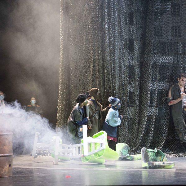 Staatstheater Cottbus MAZEPPA Oper in drei Akten von Pjotr I. Tschaikowski Szenenfoto mit (links) Opernchor und Statisterie; (rechts) Alexey Sayapin (Andrej) (Foto: Marlies Kross)