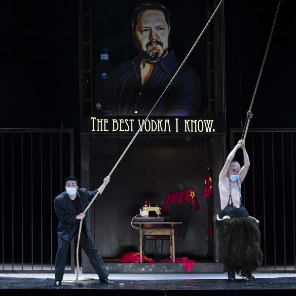 Staatstheater Cottbus MAZEPPA Oper in drei Akten von Pjotr I. Tschaikowski Szenenfoto mit (v.l.n.r.): Kihoon Han (Orlik) und Ulrich Schneider (Kotschubej) (Foto: Marlies Kross)