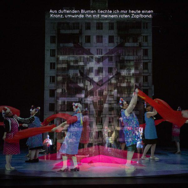 Staatstheater Cottbus MAZEPPA Oper in drei Akten von Pjotr I. Tschaikowski Szenenfoto mit Damen des Opernchores (im Video) (Foto: Marlies Kross)