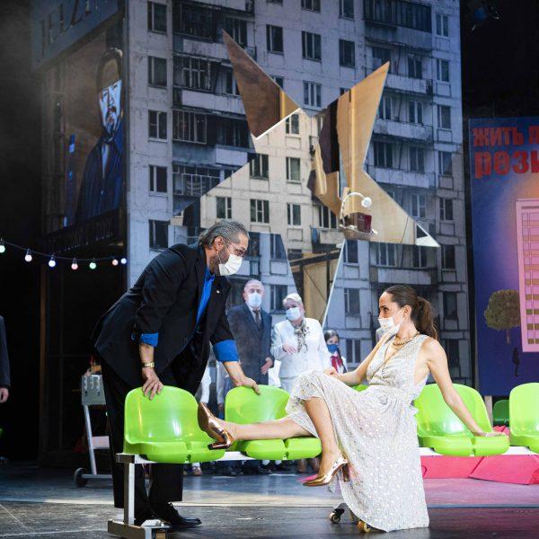 Staatstheater Cottbus MAZEPPA Oper in drei Akten von Pjotr I. Tschaikowski Szenenfoto mit: (Bildmitte vorn) Andreas Jäpel (Mazeppa) und Kim-Lillian Strebel (Maria); (dahinter v.l.n.r.) Kihoon Han (Orlik), Ulrich Schneider (Kotschubej), Gesine Forberger (Ljubov) und Alexey Sayapin (Andrej) (Foto: Marlies Kross)