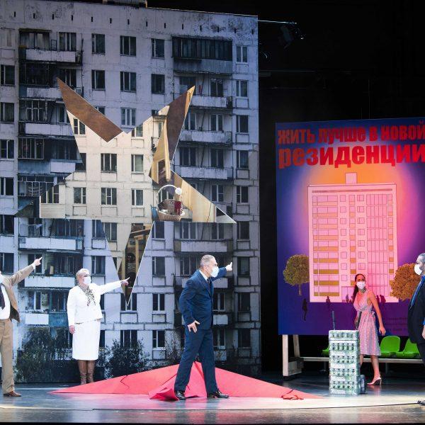 Staatstheater Cottbus MAZEPPA Oper in drei Akten von Pjotr I. Tschaikowski Szenenfoto mit (v.l.n.r.): Hardy Brachmann (Iskra), Gesine Forberger (Ljubov), Ulrich Schneider (Kotschubej), Kim-Lillian Strebel (Maria) und Andreas Jäpel (Mazeppa) (Foto: Marlies Kross)