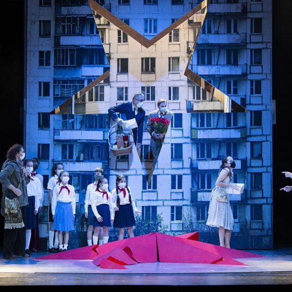 Staatstheater Cottbus MAZEPPA Oper in drei Akten von Pjotr I. Tschaikowski Szenenfoto mit: (vorn v.l.n.r.) Alexey Sayapin (Andrej), Kim-Lillian Strebel (Maria), Andreas Jäpel (Mazeppa); (Bildmitte oben, im Stern v.l.n.r.): Ulrich Schneider (Kotschubej), Hardy Brachmann (Iskra); sowie Statisterie (Foto: Marlies Kross)
