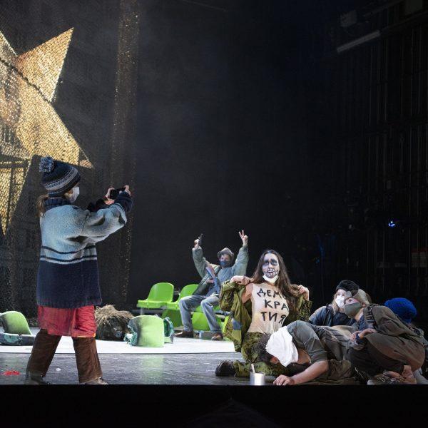 Staatstheater Cottbus MAZEPPA Oper in drei Akten von Pjotr I. Tschaikowski Szenenfoto mit (Bildmitte) Kim-Lillian Strebel (Maria) und Statisterie (Foto: Marlies Kross)