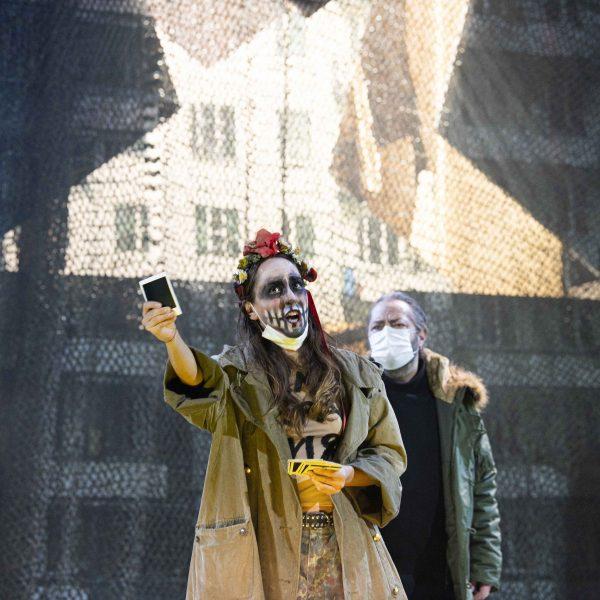 Staatstheater Cottbus MAZEPPA Oper in drei Akten von Pjotr I. Tschaikowski Szenenfoto mit Kim-Lillian Strebel (Maria) und Andreas Jäpel (Mazeppa); (rechts außen) Kihoon Han (Orlik) (Foto: Marlies Kross)