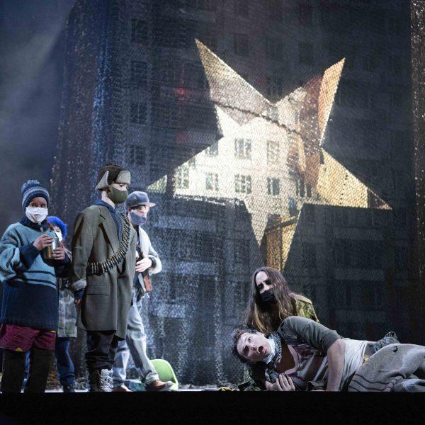 Staatstheater Cottbus MAZEPPA Oper in drei Akten von Pjotr I. Tschaikowski Szenenfoto mit: (liegend, von vorn nach hinten) Alexey Sayapin (Andrej) und Kim-Lillian Strebel (Maria) sowie (links) Statisterie (Foto: Marlies Kross)