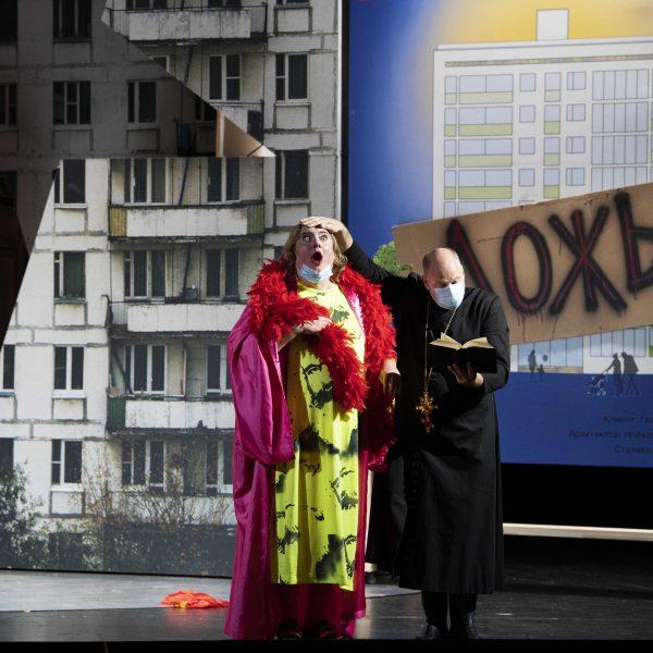 Staatstheater Cottbus MAZEPPA Oper in drei Akten von Pjotr I. Tschaikowski Szenenfoto mit (v.l.n.r.): Dirk Kleinke (Betrunkener Kosak) und Thorsten Coers (Opernchor) (Foto: Marlies Kross)