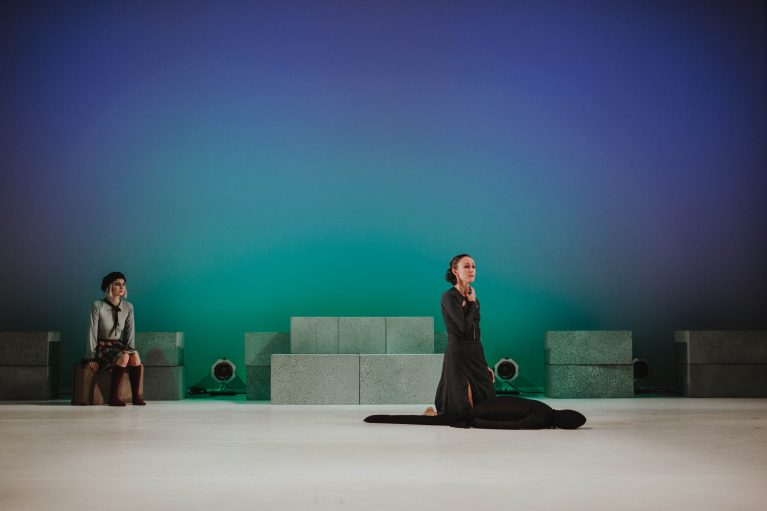 Staatstheater Cottbus NUR EIN WIMPERNSCHLAG ... Ballettabend von Oliver Preiß | Uraufführung Szenenfoto mit (v.l.n.r.): Andrea Masotti und Denise Ruddock (Foto: Claudia Bernhard)