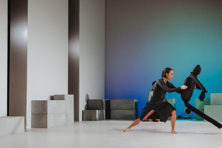 Staatstheater Cottbus NUR EIN WIMPERNSCHLAG ... Ballettabend von Oliver Preiß | Uraufführung Szenenfoto mit (vorn): Denise Ruddock (Foto: Claudia Bernhard)