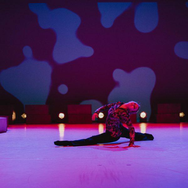 Staatstheater Cottbus NUR EIN WIMPERNSCHLAG ... Ballettabend von Oliver Preiß   Uraufführung Szenenfoto mit Emily Downs (Foto: Claudia Bernhard)