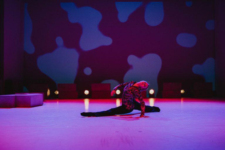 Staatstheater Cottbus NUR EIN WIMPERNSCHLAG ... Ballettabend von Oliver Preiß | Uraufführung Szenenfoto mit Emily Downs (Foto: Claudia Bernhard)