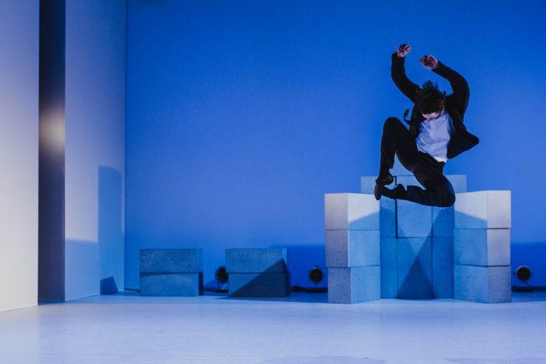 Staatstheater Cottbus NUR EIN WIMPERNSCHLAG ... Ballettabend von Oliver Preiß | Uraufführung Szenenfoto mit Stefan Kulhawec (Foto: Claudia Bernhard)