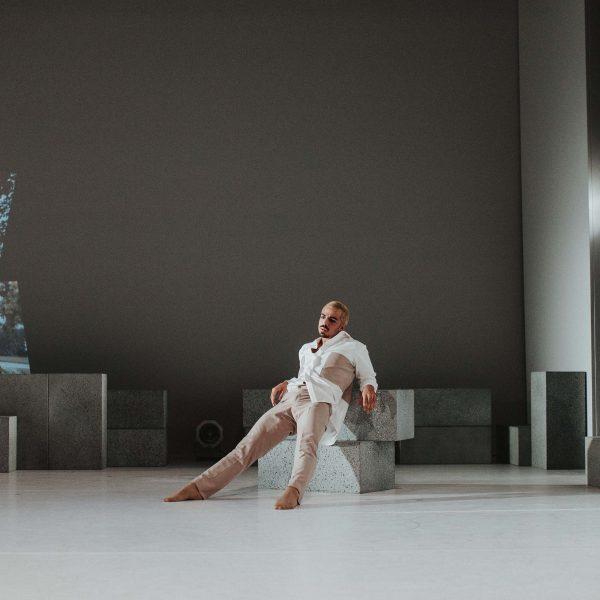 Staatstheater Cottbus NUR EIN WIMPERNSCHLAG ... Ballettabend von Oliver Preiß   Uraufführung Szenenfoto mit Simone Zannini (Foto: Claudia Bernhard)
