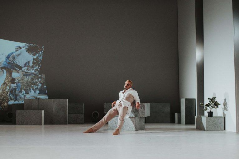 Staatstheater Cottbus NUR EIN WIMPERNSCHLAG ... Ballettabend von Oliver Preiß | Uraufführung Szenenfoto mit Simone Zannini (Foto: Claudia Bernhard)