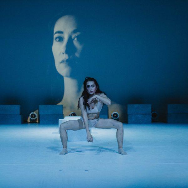 Staatstheater Cottbus NUR EIN WIMPERNSCHLAG ... Ballettabend von Oliver Preiß   Uraufführung Szenenfoto mit Venira Welijan; in der Videoprojektion: Venira Welijan (Foto: Claudia Bernhard)