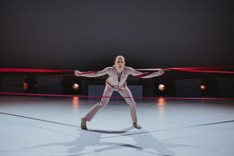 Staatstheater Cottbus NUR EIN WIMPERNSCHLAG ... Ballettabend von Oliver Preiß | Uraufführung Szenenfoto mit Alyosa Forlini (Foto: Claudia Bernhard)