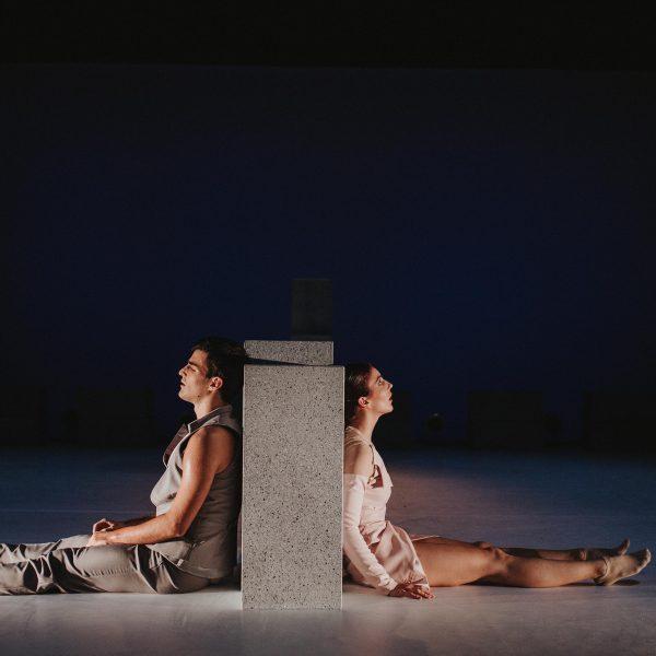 Staatstheater Cottbus NUR EIN WIMPERNSCHLAG ... Ballettabend von Oliver Preiß   Uraufführung Szenenfoto mit Mario Barcenilla Rubio und Lolita Valau (Foto: Claudia Bernhard)