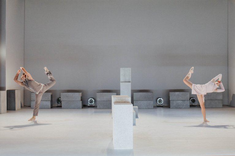 Staatstheater Cottbus NUR EIN WIMPERNSCHLAG ... Ballettabend von Oliver Preiß | Uraufführung Szenenfoto mit Mario Barcenilla Rubio und Lolita Valau (Foto: Claudia Bernhard)