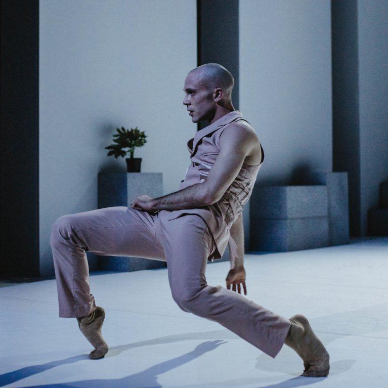 Staatstheater Cottbus  NUR EIN WIMPERNSCHLAG ... Ballettabend von Oliver Preiß   Uraufführung Szenenfoto mit Alyosa Forlini (Foto: Claudia Bernhard)