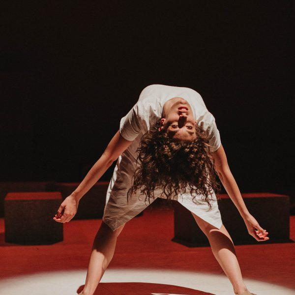 Staatstheater Cottbus NUR EIN WIMPERNSCHLAG ... Ballettabend von Oliver Preiß   Uraufführung Szenenfoto mit Alessandra Armorina (Foto: Claudia Bernhard)