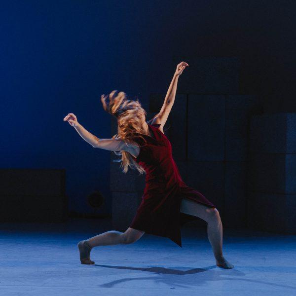 Staatstheater Cottbus NUR EIN WIMPERNSCHLAG ... Ballettabend von Oliver Preiß   Uraufführung Szenenfoto mit Annalisa Piccolo (Foto: Claudia Bernhard)